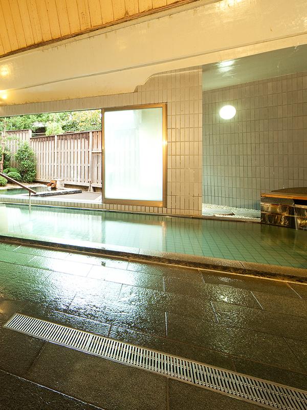 潤 源泉九十五度。瀬波の湯につかる。ご予約不要でご利用いただける無料貸切風呂、空を見上げながら湯浴みを楽しむ露天風呂で温泉旅の醍醐味を堪能。